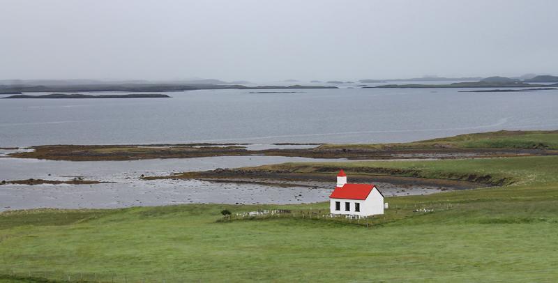 Rund omkring på Island møder man ofte små kirker, der ligger helt isoleret i landskabet. Man må formode, at nogle af dem ikke bliver brugt længere på baggrund af at folk flytter fra land til by.